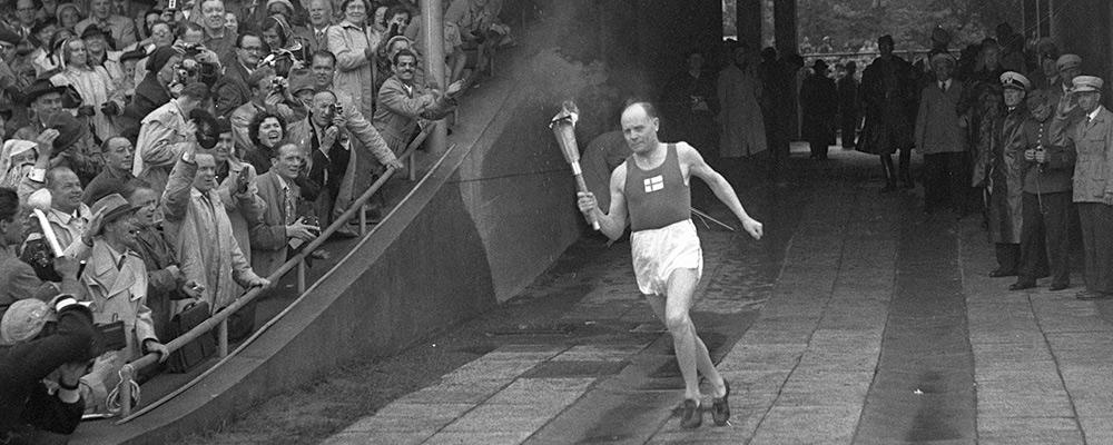 Nurmi wnosi ogień olimpijski na stadion Helsinkach. Inauguracja Igrzysk olimpiskich 1952 r.